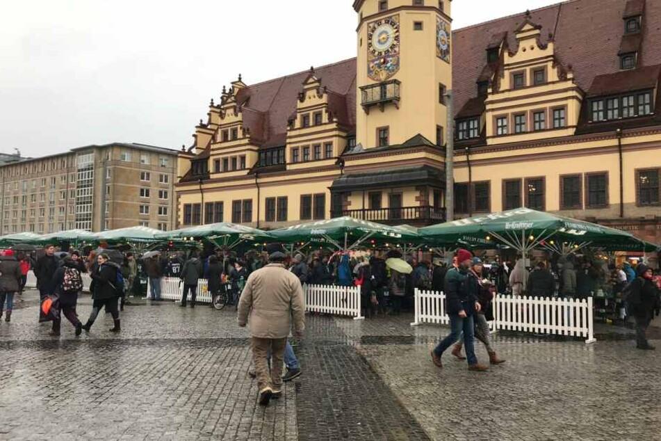 Wieso grillen Hunderte mitten im Regen auf dem Marktplatz?