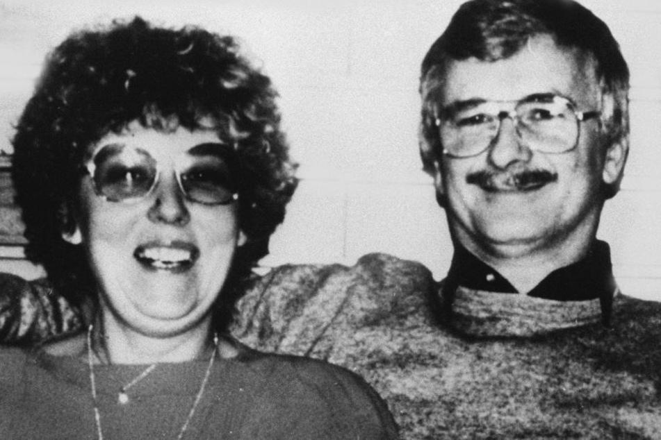 Das Polizeifoto zeigt die 45-jährige Ursula R. und ihren 52-jährigen Ehemann, die ebenfalls im Juni 1989 ermordet wurden.