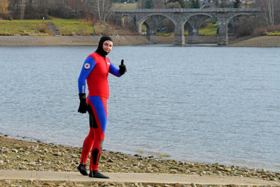 Lars Werthmann (35) hat gewettet und zieht die Sache durch: Seit Sommer schwimmt er jeden Tag in der Talsperre Malter. Bis einschließlich 20. Januar läuft seine Wette.