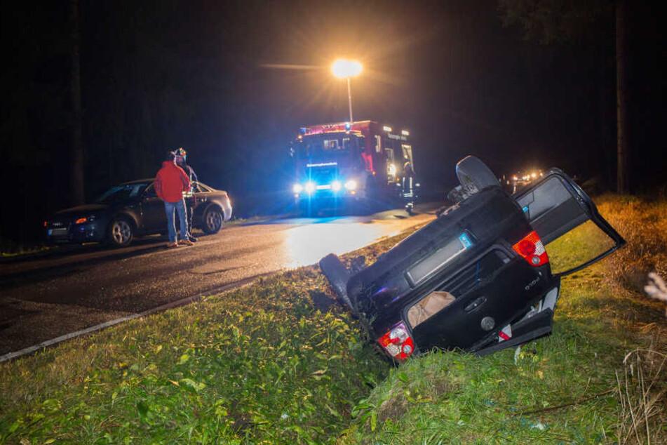Das Fahrzeug überschlug sich und landete im Straßengraben.