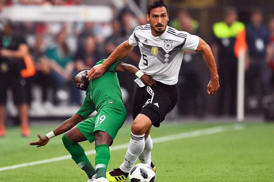 Mats Hummels (r.) gewinnt dieses rustikale Zweikampfduell gegen Fahad Al-Muwallad (l.) problemlos.