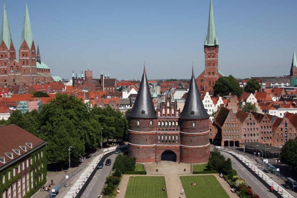 Seit 30 Jahren Unesco-Welterbe: Das Holstentor in Lübeck mit der dahinter liegenden Altstadt.