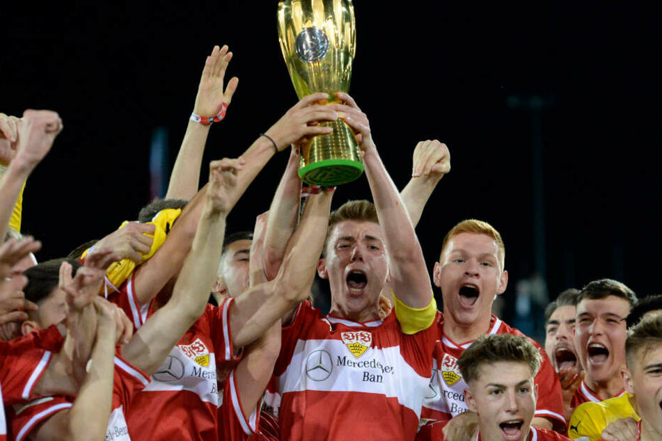 Mai 2019: Luca Mack (Mitte) reckt den Pokal in die Höhe.