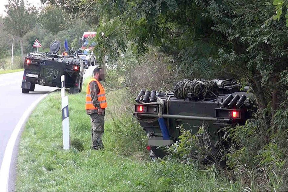 Um keine anderen Verkehrsteilnehmer zu gefährden, fuhr der Panzerfahrer sein Gefährt in den Straßengraben.