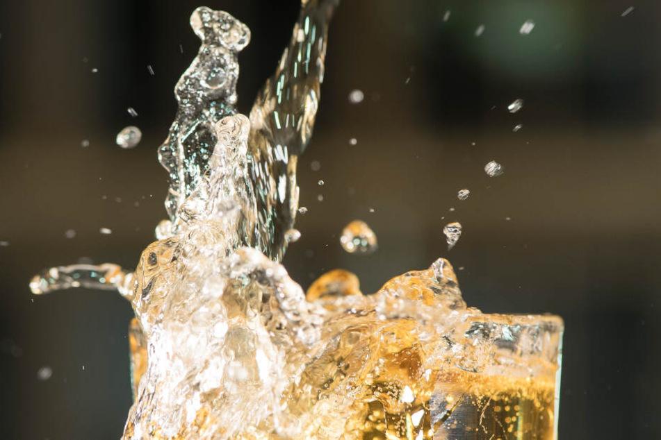 Es kann nicht ausgeschlossen werden, dass es in Einzelfällen zu Gärprozessen mit Hefen gekommen ist. Dieser Gärungsprozess kann zu einem Druckaufbau in der Flasche führen.