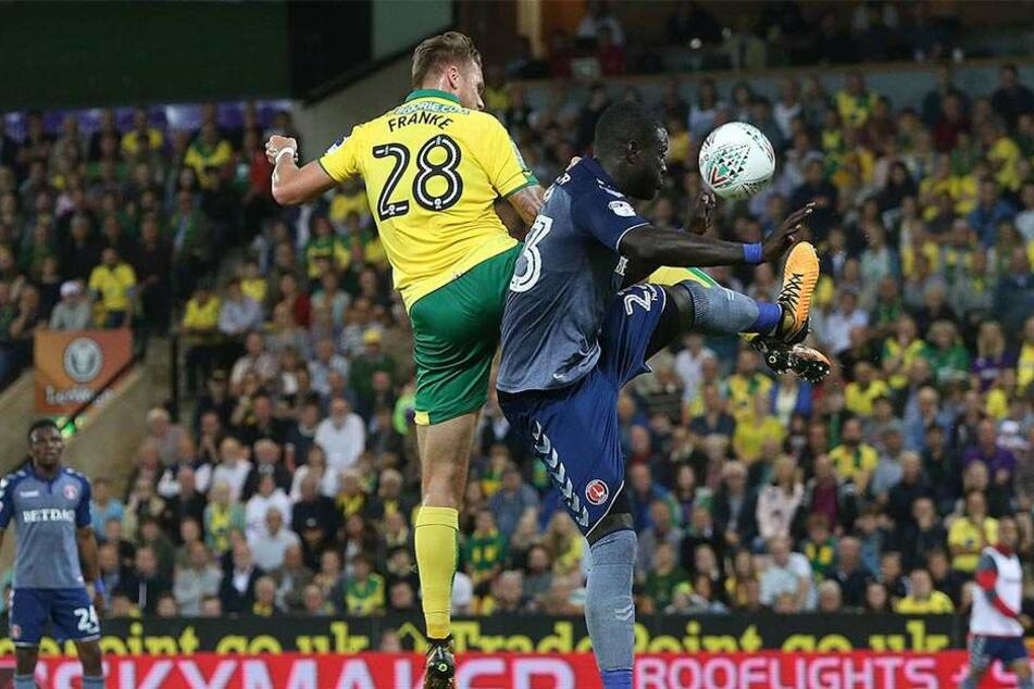 """Eine echte Kante. Marcel Franke (Nummer 28) im Spiel zwischen Norwich und Charlton Athletic. """"In England ist der Fußball anders - im Luftkampf gibt's kein Abpfeifen. Da kannst du mit den Ellbogen arbeiten..."""""""