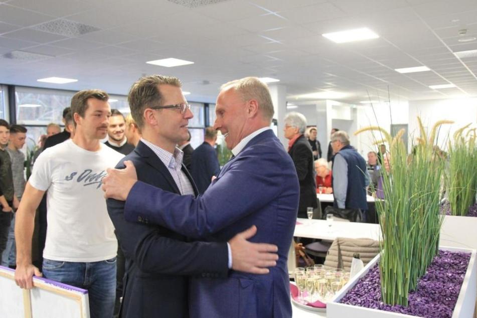 Die Gratulanten standen Schlange: Helge Leonhardt (r.) bekommt Glückwünsche von Rico Schmitt. Er führte Aue 2010 in die 2. Liga. Dahinter führt Martin Männel die Mannschaft an.