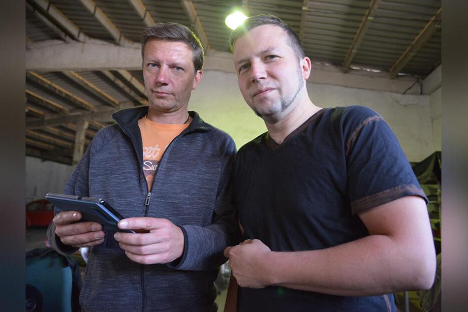 Alexander Ring (43, l.) und sein Bruder Hendrik (33) suchen das gestohlene Motorrad ihres Vaters.