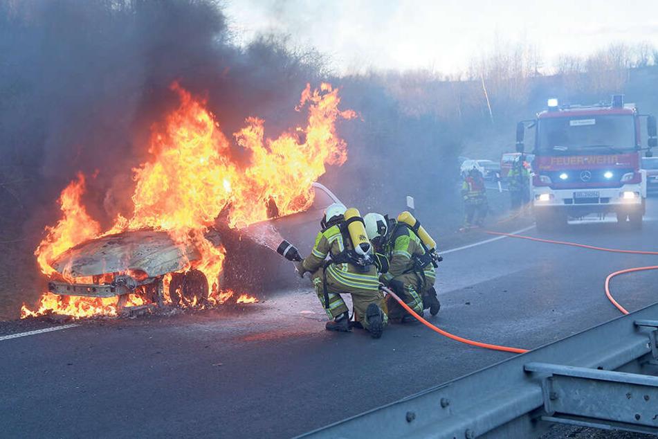Ein Auto steht am Straßenrand in Flammen - klar, dass die Feuerwehr gleich mal mit dem Schlauch draufhält. Aber was, wenn es sich um ein E-Auto handelt?