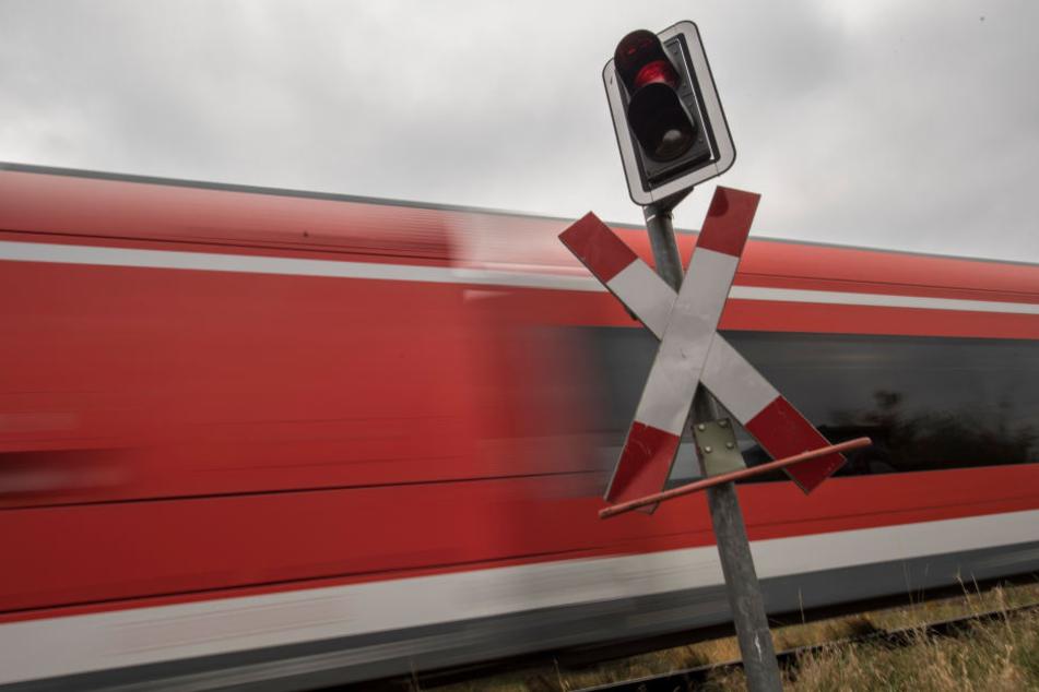 An einem unbeschrankten Bahnübergang kollidierte ein Güterzug mit einem Auto. (Symbolbild)