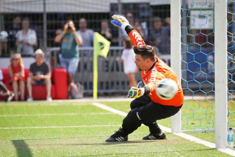 """Mälzer scheitert an einem Elfmeter im Benefiz-Fußballspiel """"Kicken mit Herz"""" im Stadion Hoheluft."""