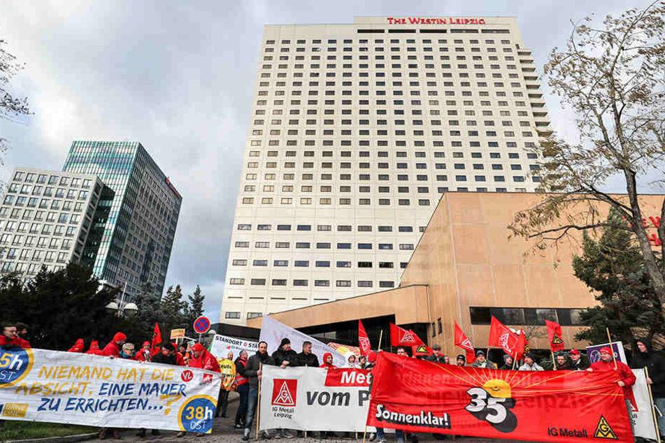 Mitglieder der IG Metall demonstrierten am Nachmittag vor dem Leipziger Hotel Westin, in dem zeitgleich die dritte Verhandlungsrunde zwischen Arbeitgebern und Gewerkschaft stattfand.