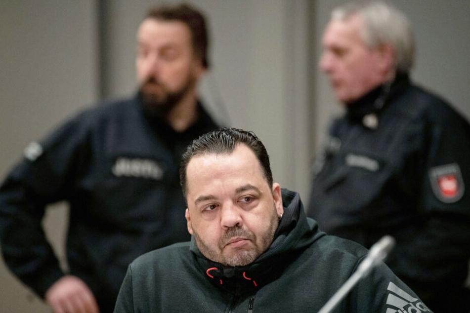 Niels Högel (Mitte) ist wegen hundertfachen Mordes angeklagt.
