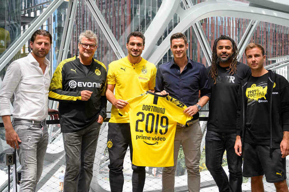 "Roman Weidenfeller, Norbert Dickel, Mats Hummels, Sebastian Kehl, Patrick Owomoyela und Mario Götze bei einem Pressetermin für ""Inside Borussia Dortmund""."