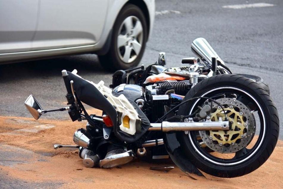 In Auerbach/V. sind ein Motorradfahrer und ein Auto zusammengestoßen. Der Biker wurde schwer verletzt. (Symbolbild)
