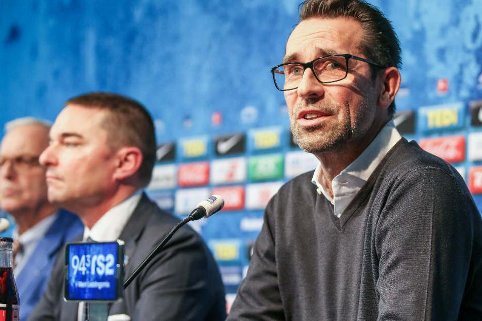 Michael Preetz (r) und Investor Lars Windhorst (m) sprechen auf der Pressekonferenz über die Zukunft von Hertha BSC.