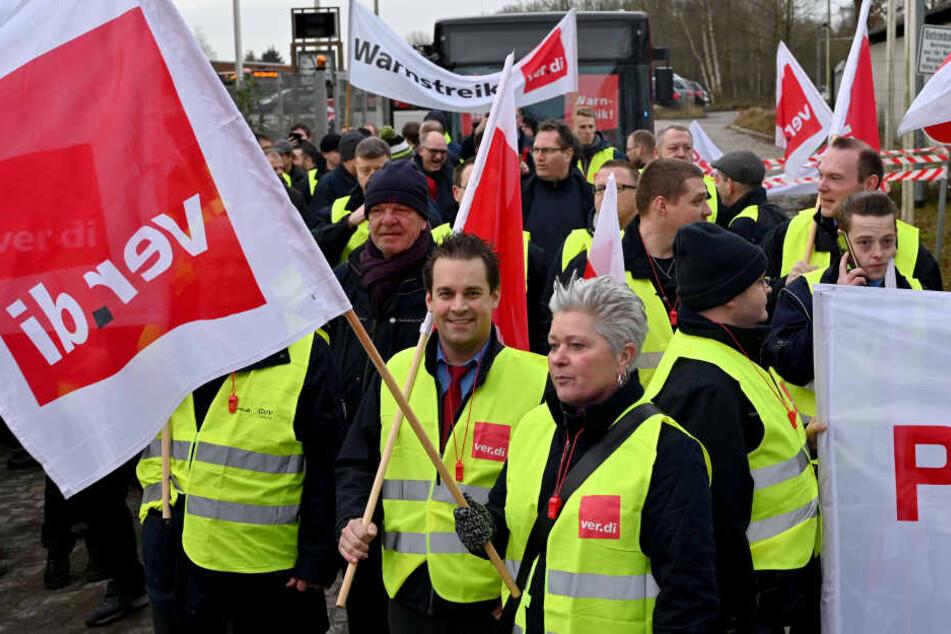 Streikende Busfahrer starten zu einem Demonstrationszug.