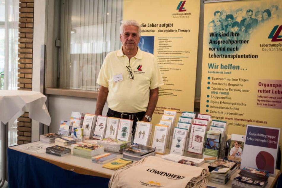 Heinz Suhling steht an einem Infostand über Organspende.