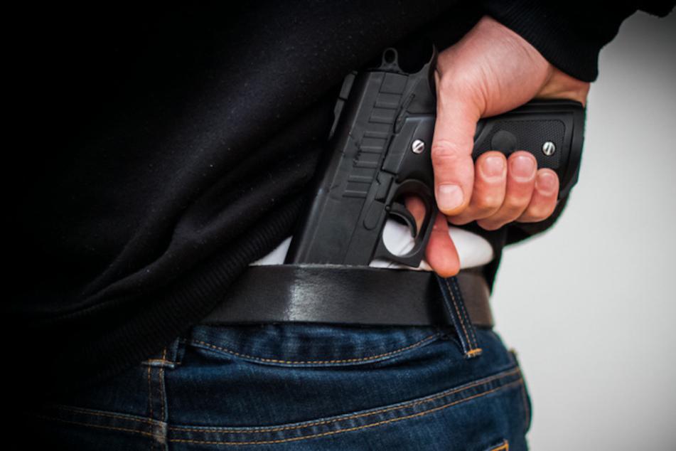 Die Spielzeugpistole am Hosenbund des Vaters löste einen größeren Polizeieinsatz aus. (Symbolbild)