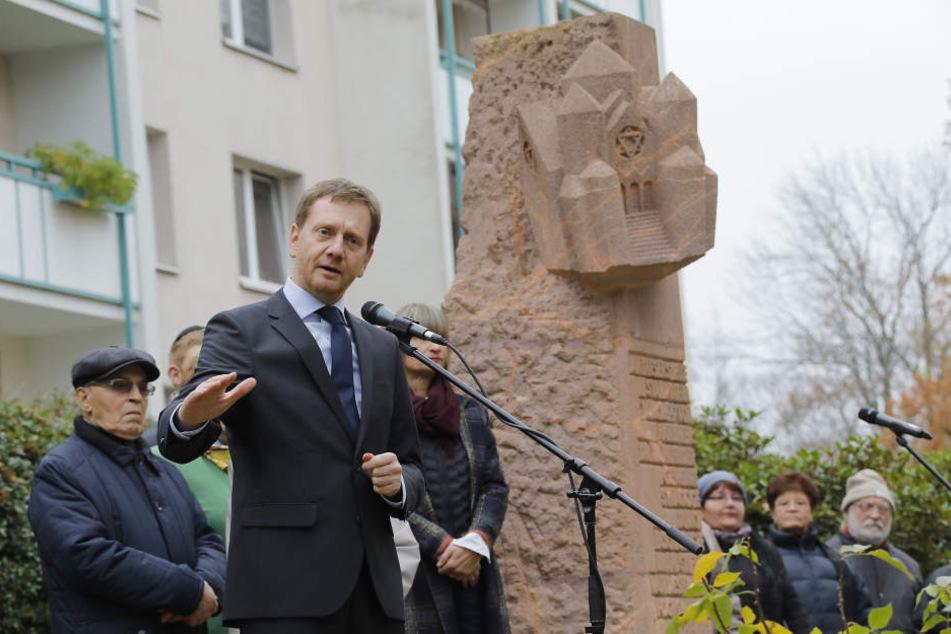 Ministerpräsident Michael Kretschmer (43, CDU) bei seiner Rede an der Stele an Stephansplatz.