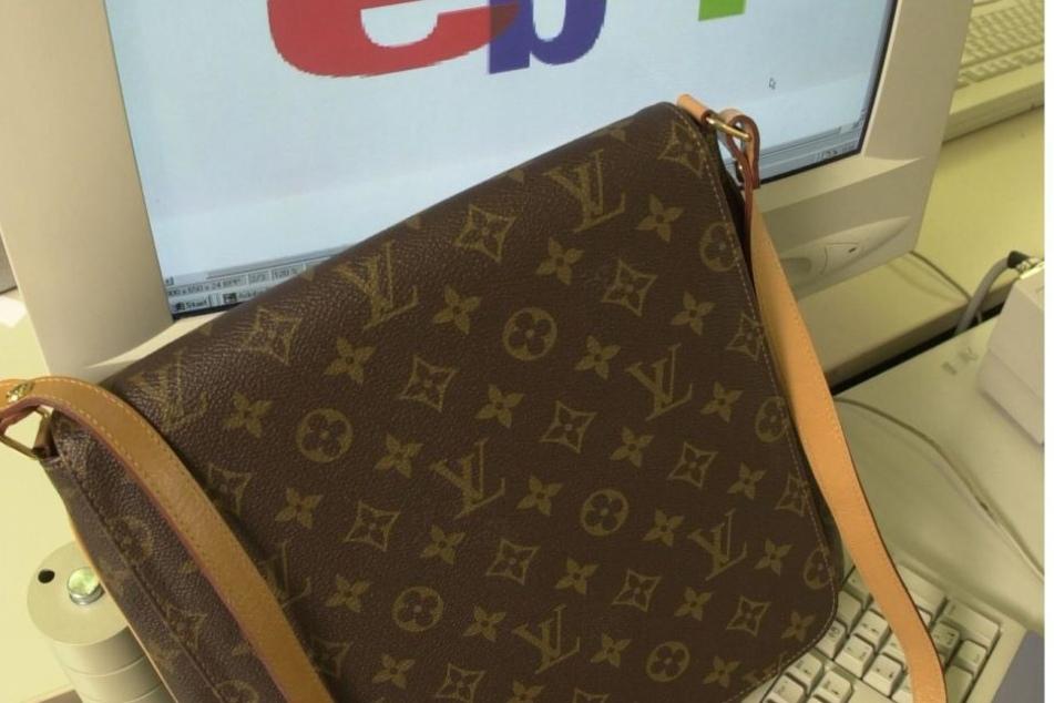 Die Angeklagten sollen Plagiate edler Taschen des Luxus-Labels Louis Vuitton im Netz verkauft haben.