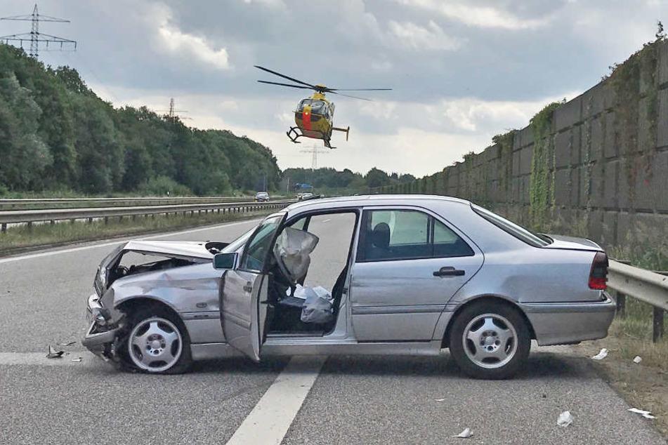 Der Mercedes blieb nach dem Unfall quer zur Fahrbahn stehen.
