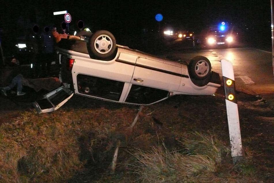 Nachdem ein flüchtiger Autofahrer einem 48-jährigen Mann die Vorfahrt nahm, überschlug sich sein Auto.