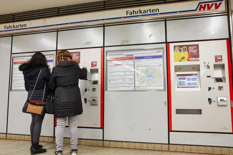 Zwei Frauen kaufen in einer U-Bahnstation am Hauptbahnhof Tickets an einem Fahrkartenautomat.