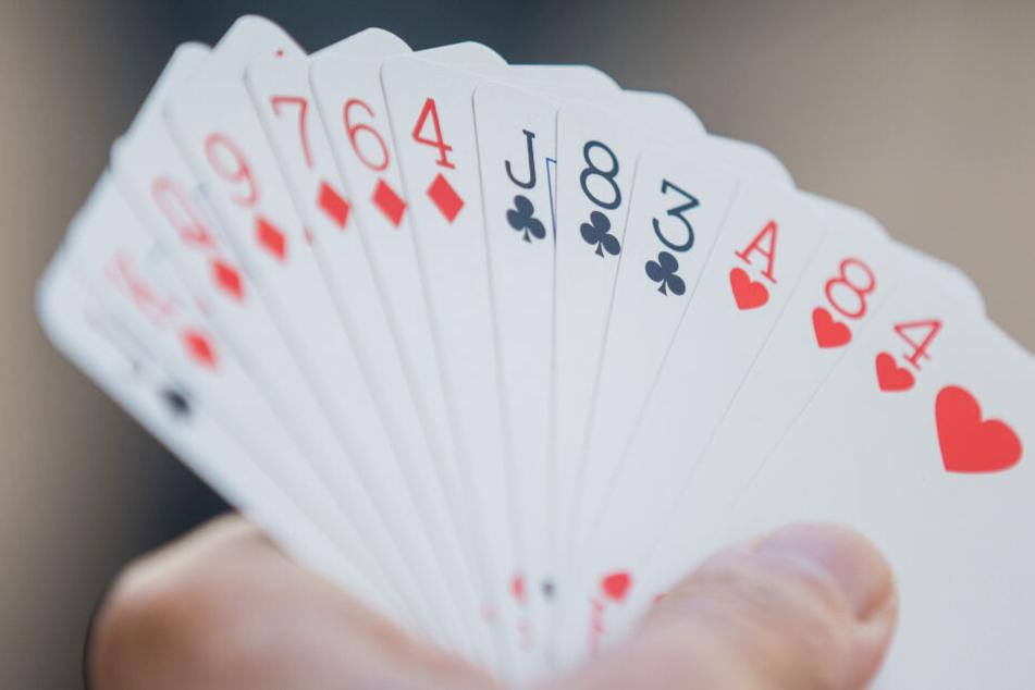 Der Einsatz hoher Geldbeträge, etwa beim Poker, bergen ein hohes Risiko, sich zu verschulden.