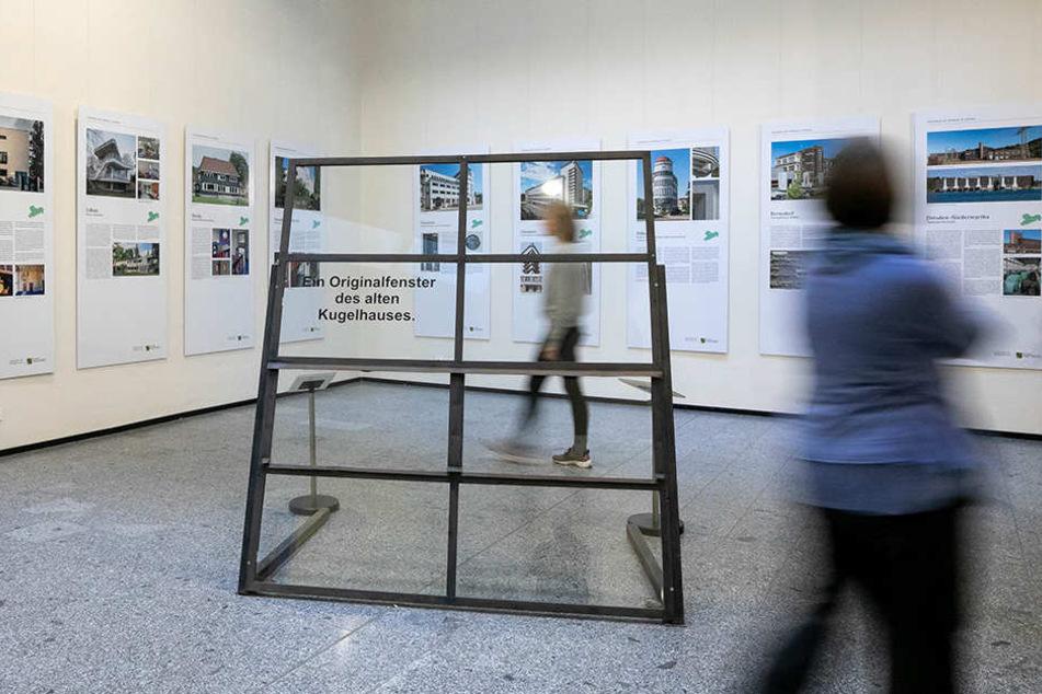 Das Fenster in der Ausstellung. An den Wänden weitere Beispiele moderner Bauten der 1920er Jahre.