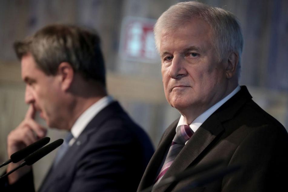 Markus Söder (l) gilt als der wahrscheinlichste Kandidat für Horst Seehofers Posten. (Archiv)