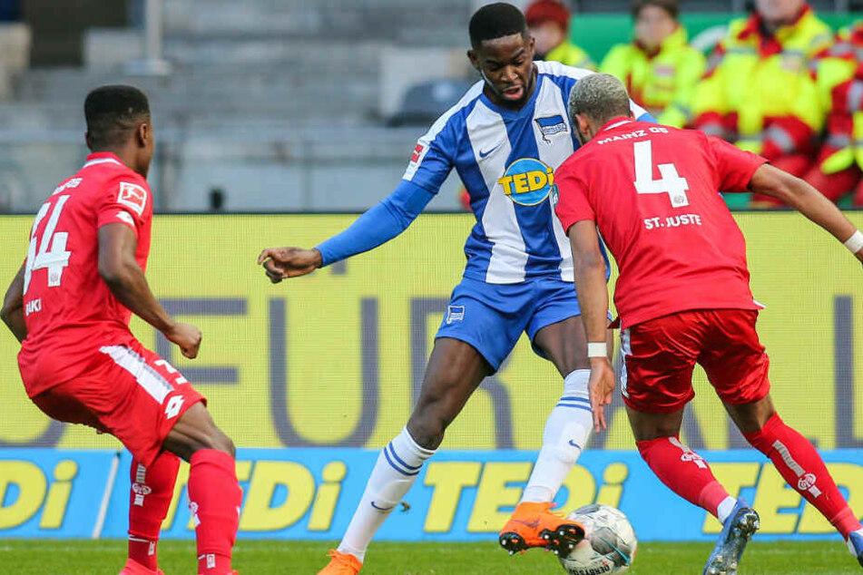 Herthas JordanTorunarigha (M) kämpft gegen Ridle Baku (l) und Jeremiah St. Juste von Mainz 05 um den Ball.