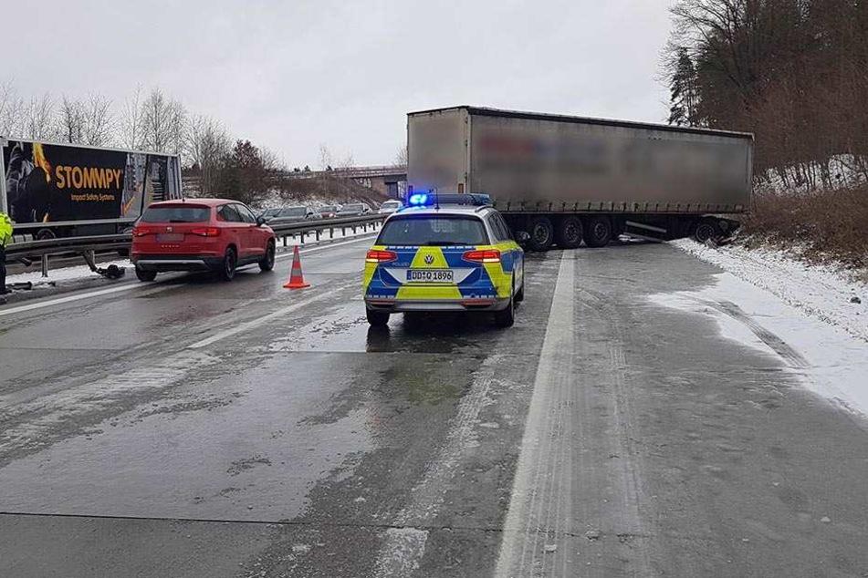 Der Lkw landete auf dem Seitenstreifen.