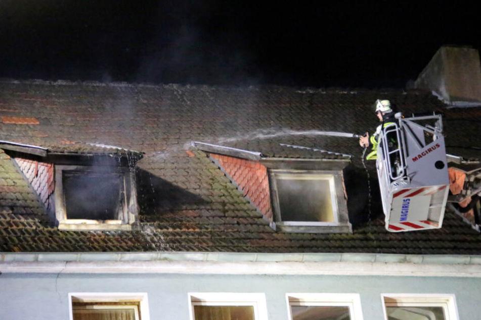 Dachgeschosswohnung steht in Flammen: Für einen Mann kommt jede Hilfe zu spät
