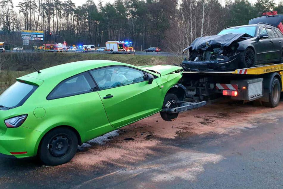 Autofahrer gerät an Ausfahrt in Gegenverkehr: Zwei Verletzte