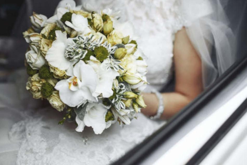 Der Autokorso an Hochzeitsgästen blockierte einen Kreisverkehr. (Symbolbild)