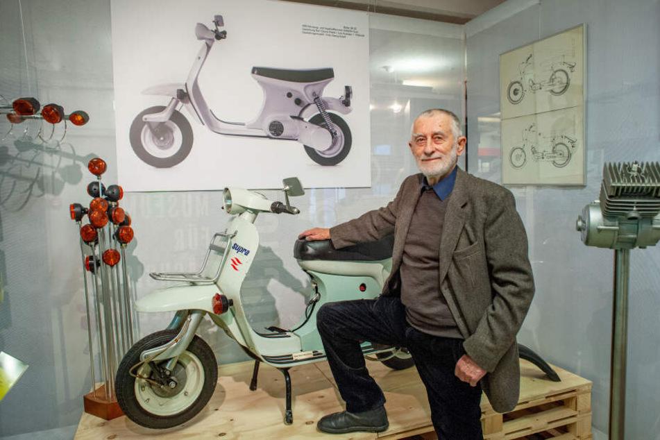 """""""Eine unserer besten Arbeiten"""": Formgestalter Karl Clauss Dietel (84) vor dem von ihm entworfenen Automatik-Roller SR 52 """"Supra""""."""