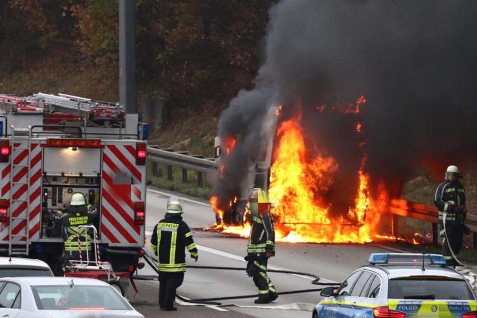 Schrecksekunde und Mega-Stau auf A3: Transporter steht lichterloh in Flammen