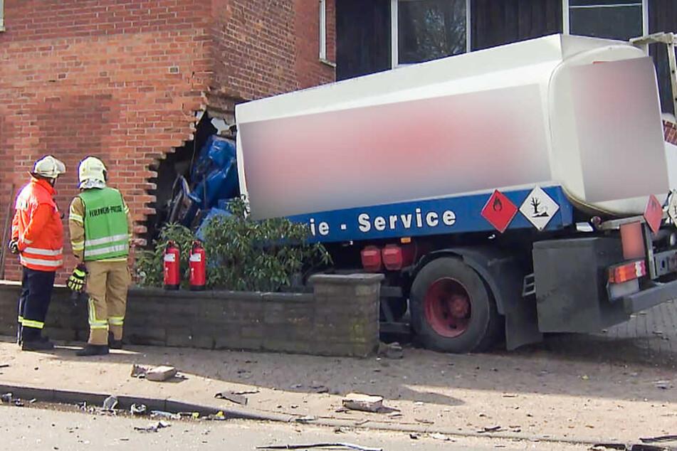 Unfall mit zwei Toten: Tanklaster kracht in Wohnhaus