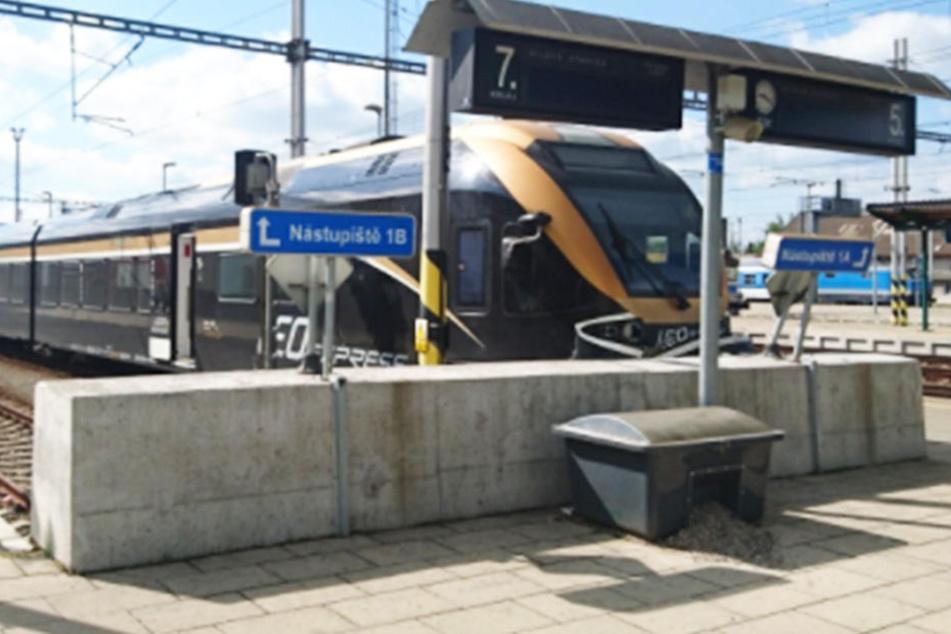 Der Zugführer konnte den Express nicht mehr stoppen und knallte ungebremst auf den Prellbock.