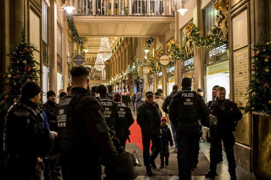 Im Leipziger Stadtbild dominierten am Donnerstag und Freitag Uniformen. Polizisten standen überall, sogar hier in der Mädler-Passage.