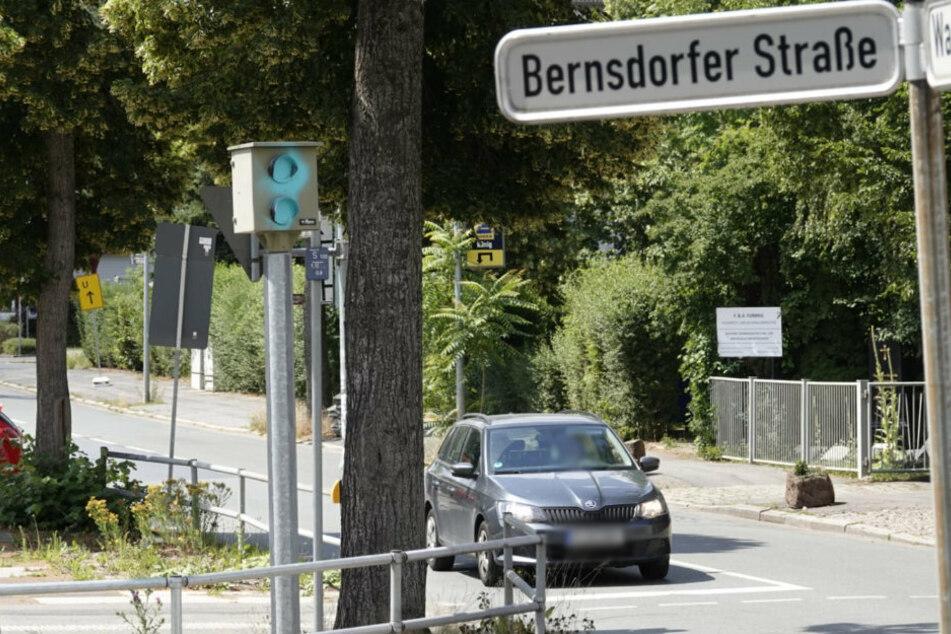 Der Rotlichtblitzer an der Kreuzung Wartburgstraße/Bernsdorfer Straße in Chemnitz wurde durch Unbekannte mit türkis-blauer Farbe besprüht.