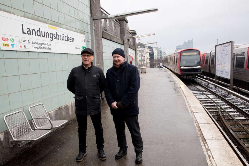Jens-Günter Lang, Vorstand Technik bei der Hamburger Hochbahn AG und Albert Schett (links) vom Denkmalschutzamt Hamburg, stehen an der U-Bahn Haltestelle Landungsbrücken. Bald beginnt die Sanierung prominenter Haltestellen der U3.