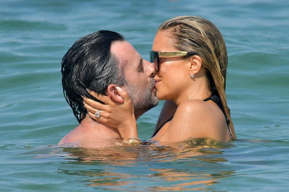 Sylvie Meis knutscht ihren Verlobten Niclas Castello im Meer ab.