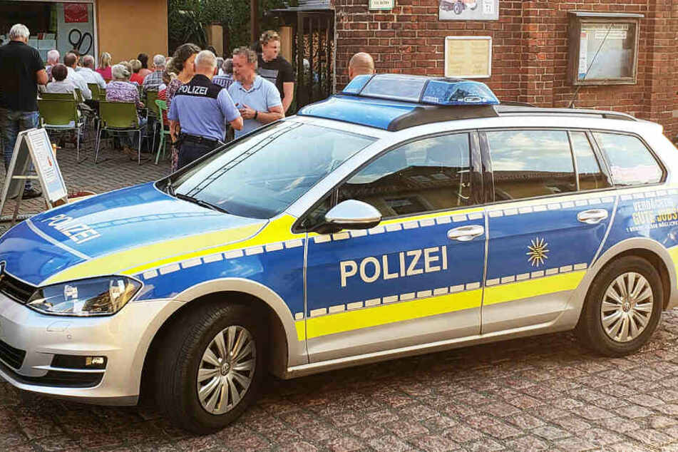 Streifenpolizisten aus Grimma bewachen nach der Morddrohung den Veranstaltungsort.