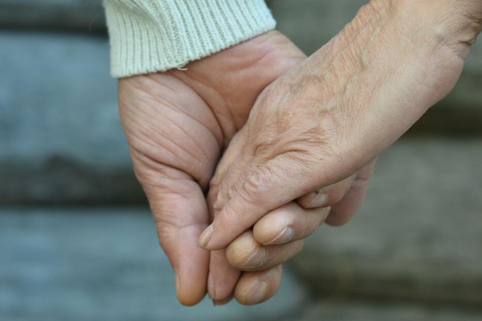 Auch beim gemeinsamen Nickerchen hielten die Eheleute gern Händdchen. (Symbolbild).