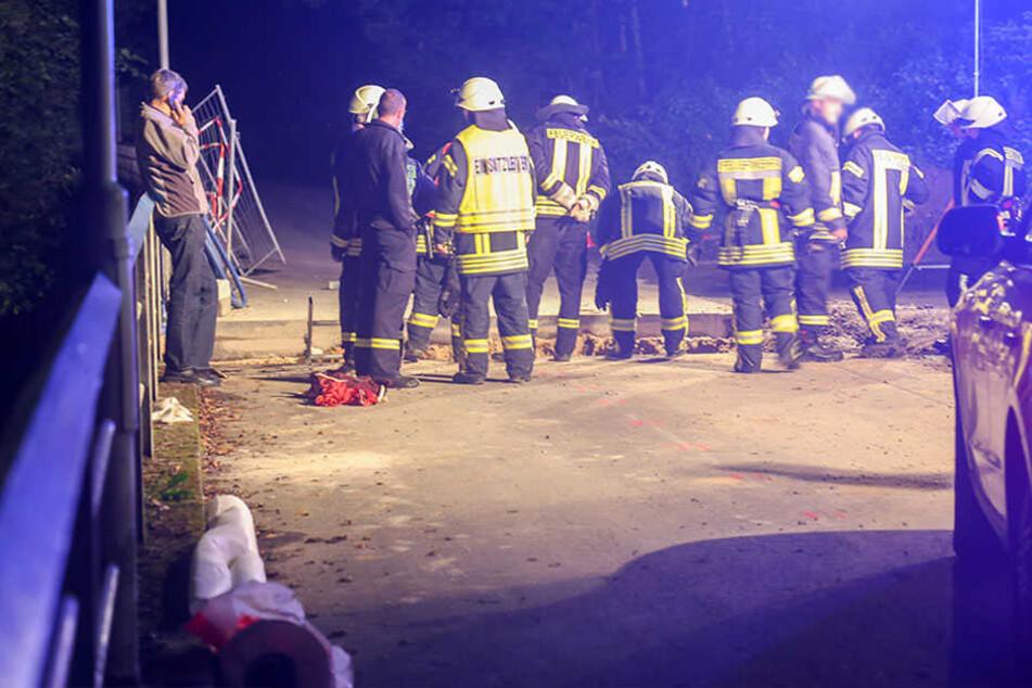 Motorradfahrer stürzt in tiefe Baugrube: Schwer verletzt