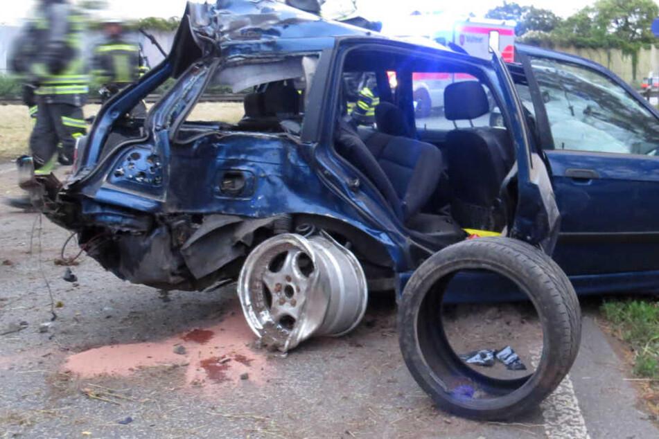 Bild der Zerstörung: BMW kracht gegen Baum und Leitplanke