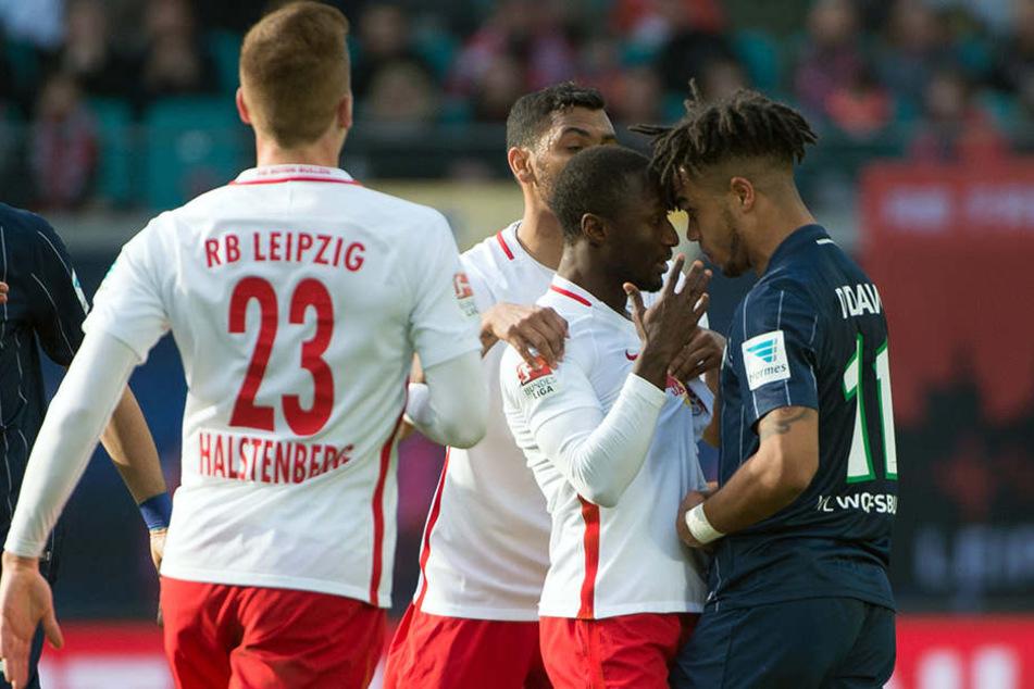 Rangelei zwischen Wolfsburgs Didavi (1. v. r.) und Leipzigs Keita (2. v. r.). Naby Keita kassierte im Spiel seine fünfte Gelbe Karte.
