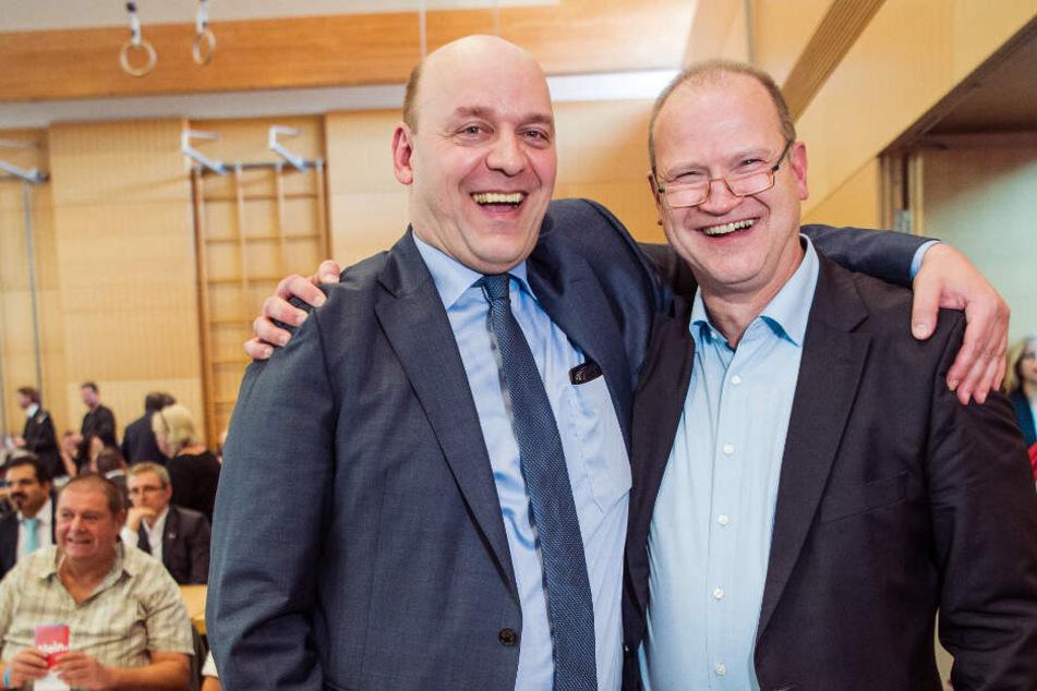 Die AfD-Politiker Robert Lambrou (l.) und Klaus Herrmann stehen nach ihrer Wahl zusammen.